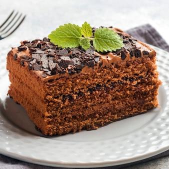 Шоколадный торт на белой тарелке