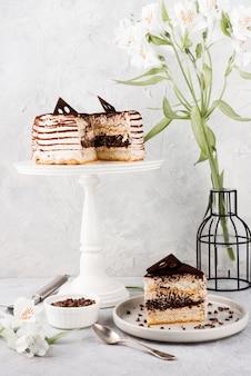 スタンドにチョコレートケーキ