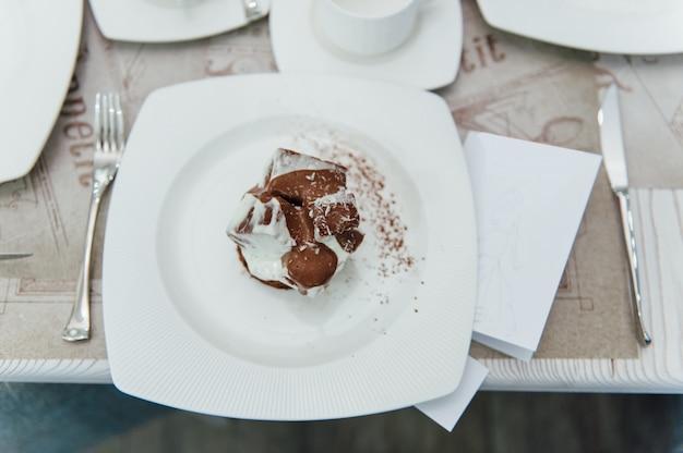 テーブルの上のチョコレートケーキ