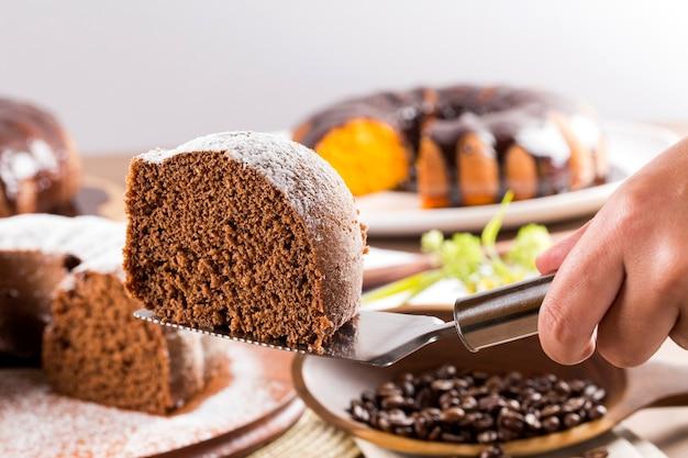 キャロットケーキとテーブルの上のチョコレートケーキ