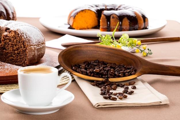 テーブルの上のチョコレートケーキとコーヒー