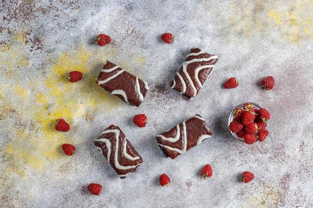 ラズベリージャムとバタークリームが入ったチョコレートケーキロール。