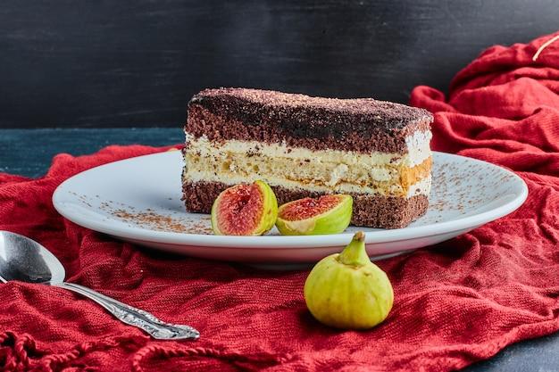 白い皿にいちじくを添えたチョコレートケーキ。