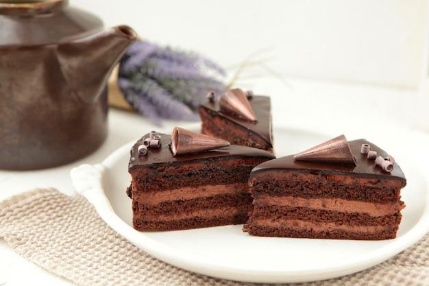 휘핑 크림을 곁들인 초콜릿 케이크 조각 녹은 초콜릿을 얹은 맛있는 네이키드 케이크