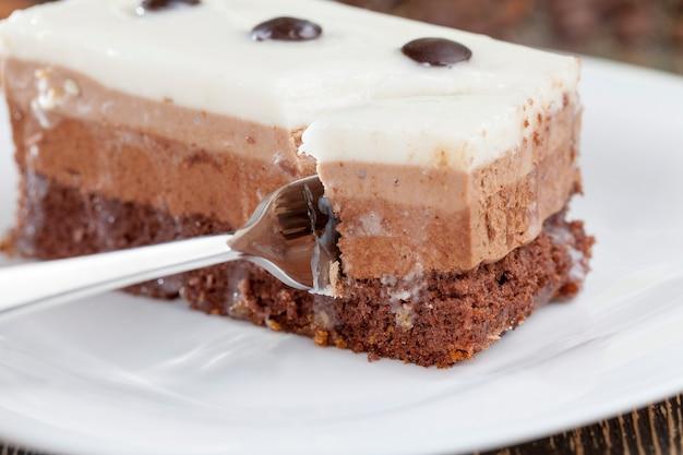 チョコレートケーキの味、デザート用の多層ケーキ、各層が独自の色と味を持つおいしいケーキ