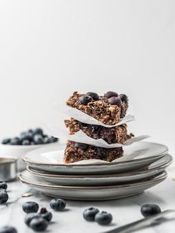 皿にブルーベリーとチョコレートケーキ