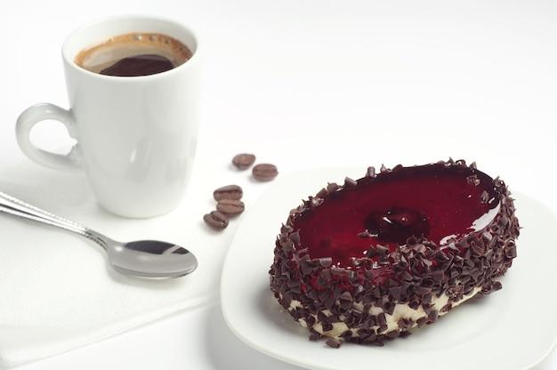 흰색 바탕에 체리 젤리와 커피 한 잔을 넣은 초콜릿 케이크