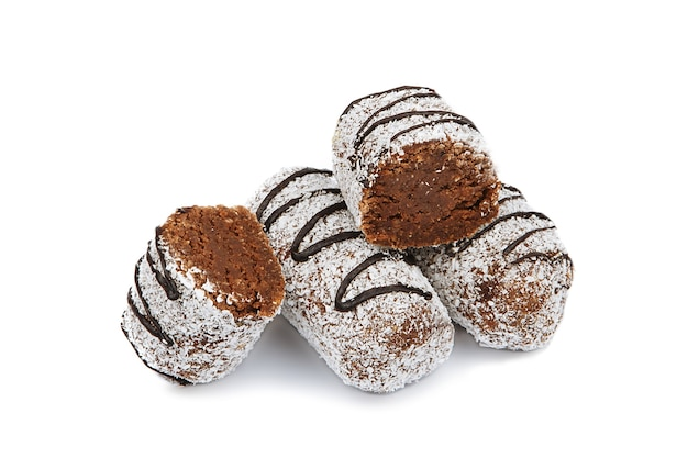 分離されたココナッツとチョコレートケーキ