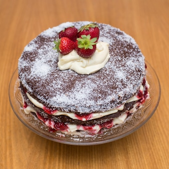 クリームとイチゴのチョコレートケーキ
