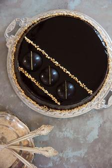 装飾が施されたチョコレートケーキ