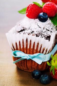 Шоколадный торт со свежей ягодой