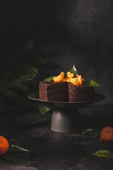 Шоколадный торт с мандаринами в сдержанном ключе