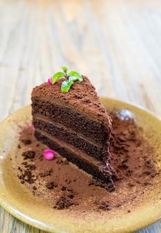 카페와 레스토랑에서 접시에 민트와 초콜릿 케이크