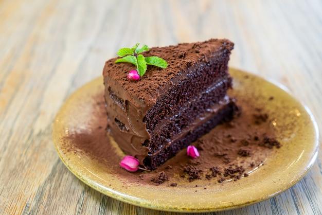 Шоколадный торт с мятой на тарелке в кафе и ресторане