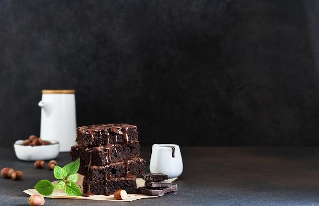 Шоколадный торт с орехами на столе