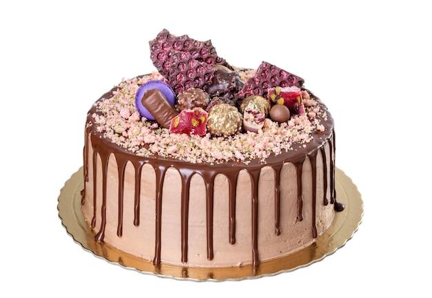 ピーナッツとチョコレートケーキ。白い背景に。