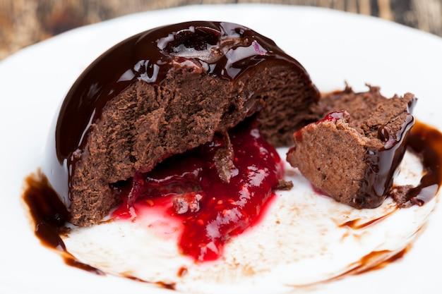 ラズベリージャムを詰めたチョコレートケーキ