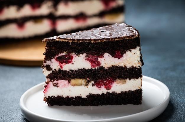접시에 라즈베리와 초콜릿 케이크입니다. 케이크 조각입니다. 라즈베리 케이크. 웨딩 디저트. 검은 숲 케이크. 맛있는 디저트. 독일 전통 디저트.