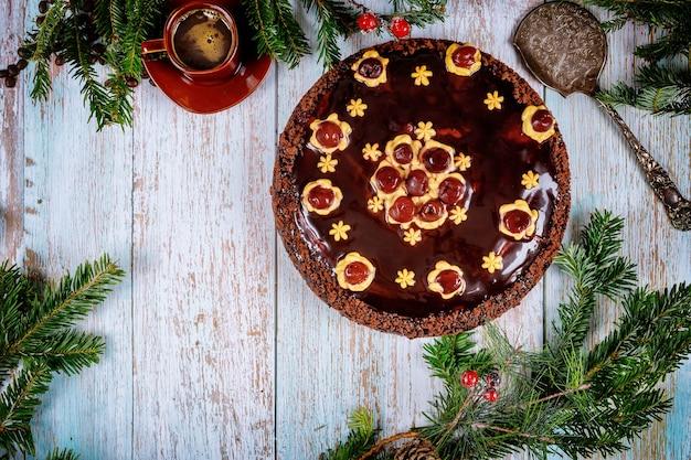 木製のトウヒの枝とチョコレートケーキ。クリスマスや新年のコンセプト。