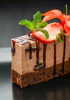 검정 잉크 판에 블랙 딸기와 초콜릿 케이크