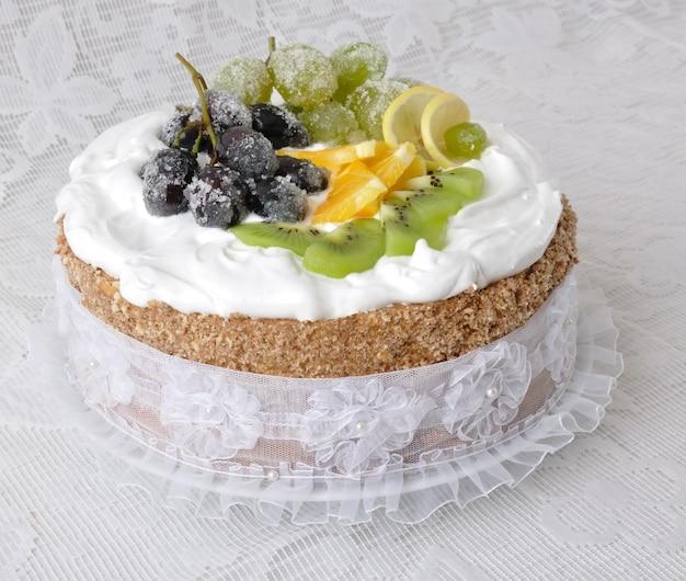휘핑크림과 신선한 과일로 장식된 초콜릿 케이크