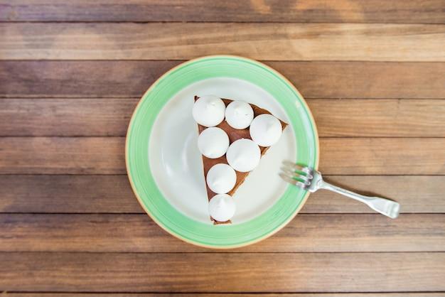 プレートに白いビゼットとチョコレートケーキ