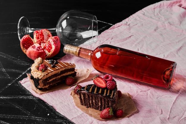 Шоколадный торт с вином на черном