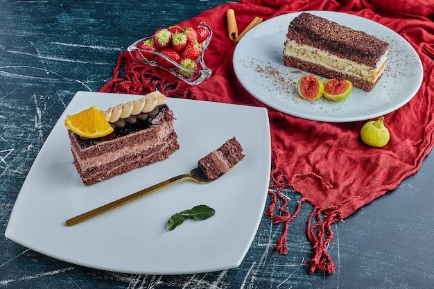 白いプレートのチョコレートケーキ。