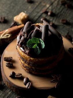 Шоколадные торты на темном фоне.
