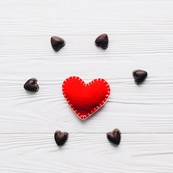 Шоколадные конфеты вокруг сердца