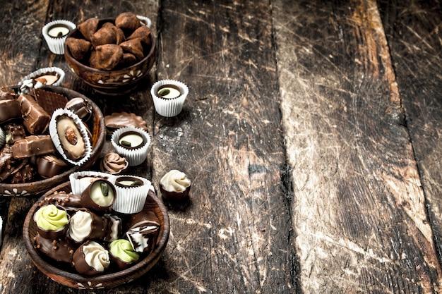 ボウルにチョコレート菓子。木製のテーブルの上。