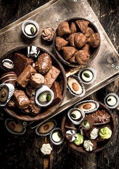 Шоколадные конфеты в мисках.