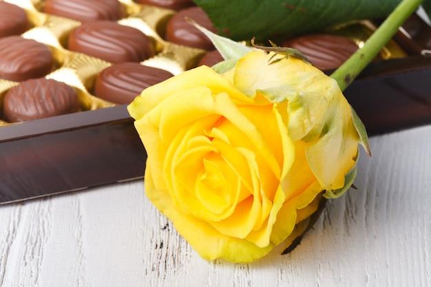 Шоколадные конфеты в коробке, вид крупным планом на белом столе