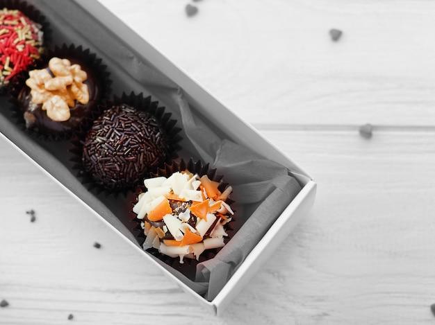 ボックスのクローズアップのチョコレート菓子