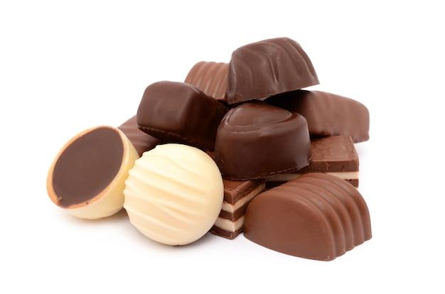 흰색 표면에 초콜릿 사탕
