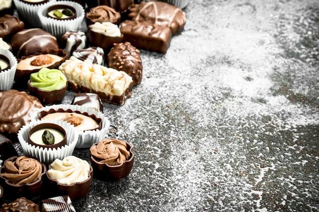 素朴な背景にチョコレート菓子