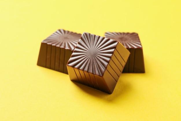 黄色の背景にチョコレート菓子