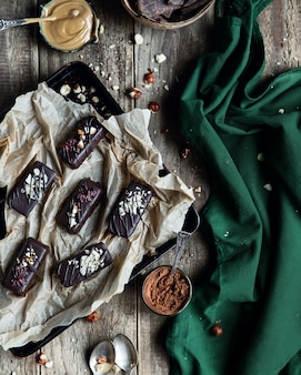 裏紙に砂糖なしのチョコレート菓子。生ビーガンチョコレートキャンディー。