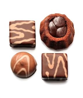 초콜릿 사탕입니다. 초콜릿 디저트 흰색 절연입니다. 초콜릿 케이크입니다.