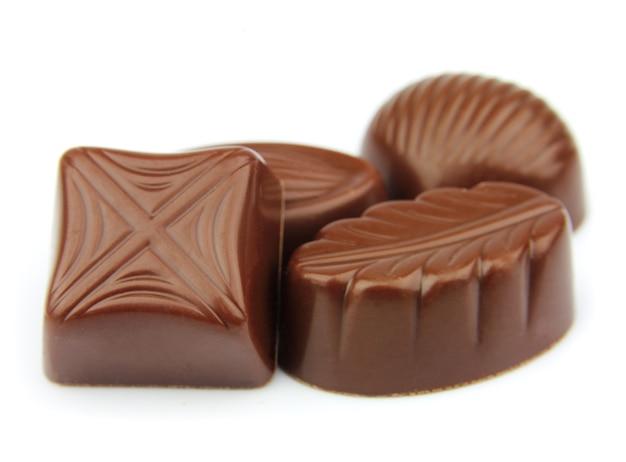 Шоколадные конфеты крупным планом на белом
