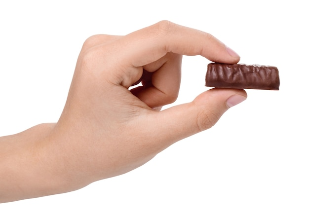 Шоколадные конфеты в руке мальчика, изолированные на белом фоне.