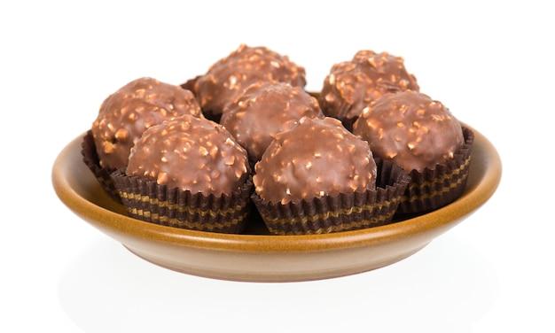 分離されたタルトの形のチョコレート菓子