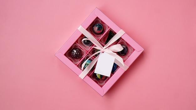 ピンクに手作りチョコレートが入ったチョコレートキャンディーピンクのギフトボックス
