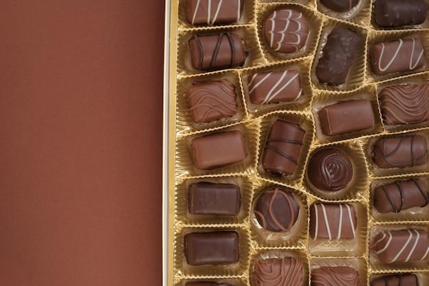 チョコレート菓子セット。チョコレートの箱のクローズアップ