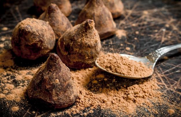 Трюфели шоколадных конфет на деревянном столе.