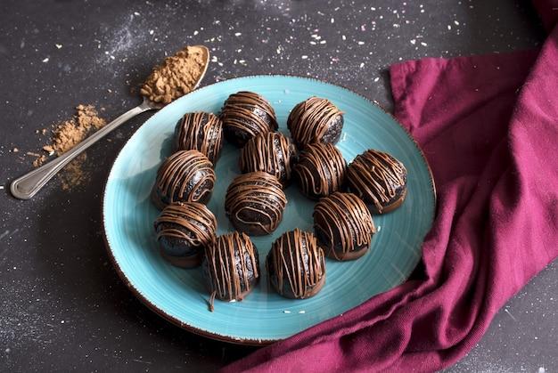Шоколадные конфеты трюфели на темном фоне вкусное угощение сладкий десерт