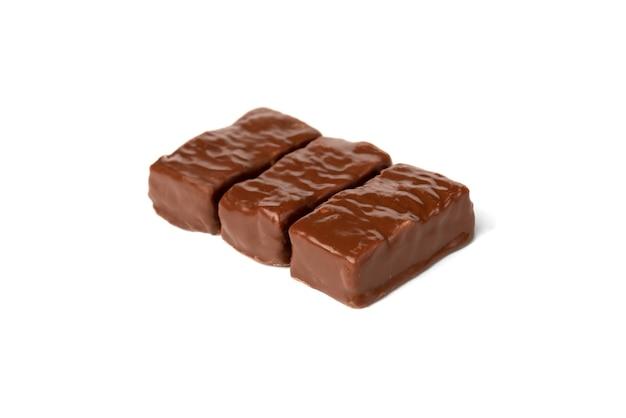 Шоколадные конфеты с карамелью и арахисом, изолированные на белом