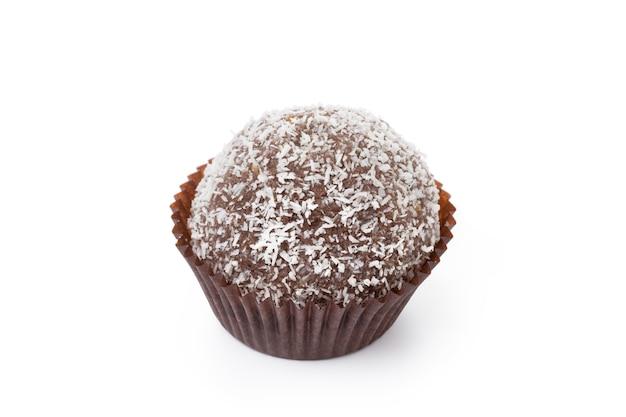 Шоколадные конфеты с кокосовой стружкой, изолированные на белом