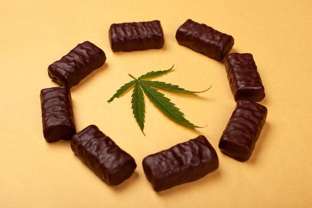 Шоколадные конфеты с зелеными листьями