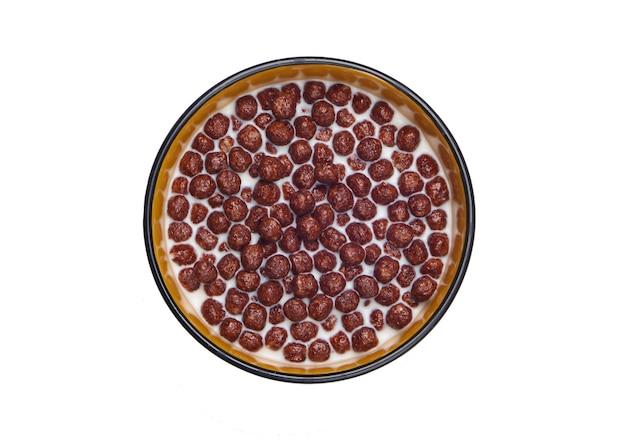 흰색 절연 그릇에 우유와 초콜릿 시리얼 공.